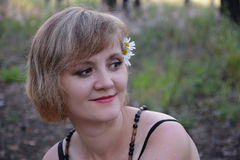 Jonge vrouw met bloemkamilles in haar Stock Afbeelding