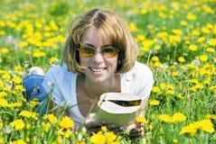 Jonge vrouw met boek Royalty-vrije Stock Fotografie