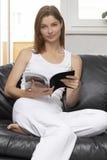Jonge vrouw met boek Stock Afbeelding