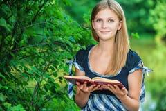 Jonge vrouw met boek Stock Afbeeldingen