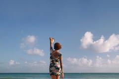 Jonge vrouw met boek Stock Fotografie