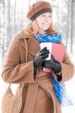 Jonge vrouw met boeken in de winter Royalty-vrije Stock Foto