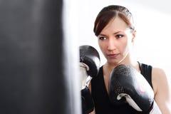 Jonge vrouw met bokshandschoenen en stempelzak royalty-vrije stock foto's