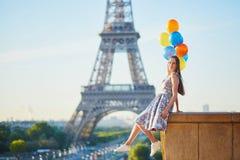 Jonge vrouw met bos van ballons dichtbij de toren van Eiffel stock afbeeldingen
