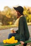 Jonge vrouw met bos van gele bloemen Stock Foto's