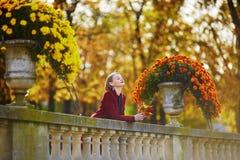 Jonge vrouw met bos van kleurrijke de herfstbladeren stock fotografie