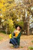 Jonge vrouw met bos van wildflowers Stock Fotografie