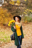 Jonge vrouw met bos van wildflowers Royalty-vrije Stock Foto's