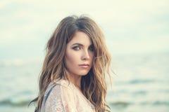 Jonge vrouw met bruin haar Mooi vrouwelijk gezicht Mooi meisjes in openlucht portret royalty-vrije stock afbeeldingen