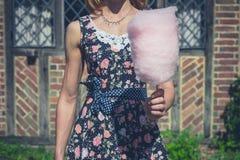 Jonge vrouw met buiten candyfloss royalty-vrije stock afbeelding