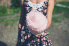 Jonge vrouw met buiten candyfloss royalty-vrije stock foto's