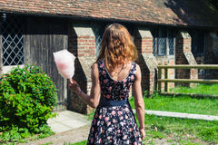 Jonge vrouw met buiten candyfloss royalty-vrije stock fotografie