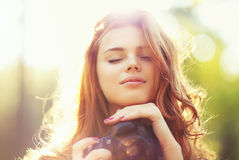 Jonge vrouw met camera royalty-vrije stock afbeeldingen