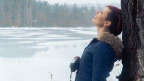 Jonge vrouw met camera in aard Stock Fotografie