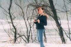 Jonge vrouw met camera in aard Royalty-vrije Stock Afbeeldingen