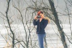 Jonge vrouw met camera in aard Royalty-vrije Stock Fotografie