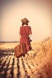 Jonge vrouw met camera en koffer stock fotografie