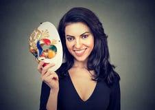Jonge vrouw met Carnaval masker stock afbeelding