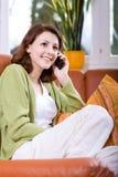 Jonge vrouw met cellphone stock foto's