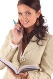 Jonge vrouw met celtelefoon, pen en agenda Royalty-vrije Stock Foto's