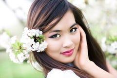 Jonge vrouw met charry bloemen stock afbeeldingen