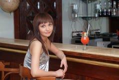 Jonge vrouw met cocktail Stock Afbeelding