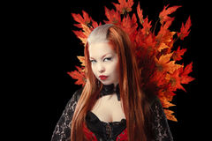 Jonge vrouw met de bladeren van de de herfstesdoorn Stock Fotografie