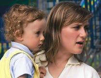 Jonge vrouw met de kleine krullende jongen op handen (2) Royalty-vrije Stock Fotografie
