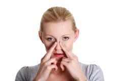 Jonge vrouw met de pijn van de sinusdruk Stock Fotografie