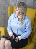 Jonge vrouw met de tablet royalty-vrije stock foto's