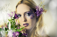 Jonge vrouw met de zomerbloemen Stock Foto's