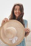Jonge vrouw met de zomerhoed het stellen op de brug Stock Afbeelding