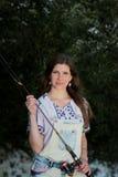 Jonge vrouw met de zomerspruiten en grove calico's terwijl visserij Stock Afbeeldingen