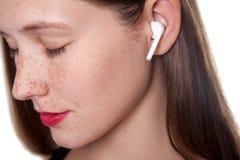 Jonge vrouw met draadloze oortelefoons Royalty-vrije Stock Fotografie