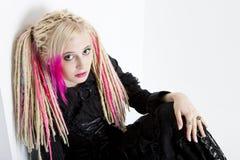 Jonge vrouw met dreadlocks stock foto
