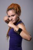 Jonge vrouw met dreadlocks in het vechten stanc Royalty-vrije Stock Fotografie