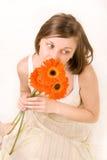 Jonge vrouw met drie gerberas Stock Afbeelding