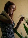 Jonge vrouw met een bloem Stock Afbeelding