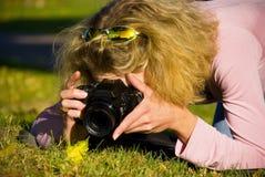 Jonge vrouw met een camera Royalty-vrije Stock Foto's