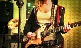 Jonge vrouw met een eletric gitaar Stock Foto