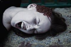 Jonge vrouw met een gebroken hoofd in het bloed Stock Afbeelding