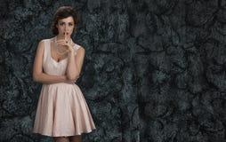 Jonge vrouw met een geheim stock afbeeldingen