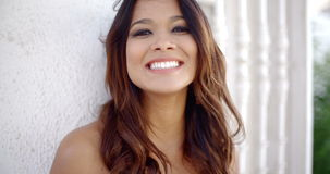 Jonge vrouw met een gelukkige richtende glimlach stock footage