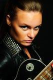 Jonge vrouw met een gitaar Stock Fotografie