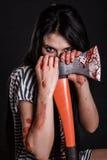 Jonge vrouw met een grote bloedige bijl Royalty-vrije Stock Afbeeldingen