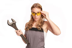 Jonge vrouw met een grote moersleutel Stock Fotografie
