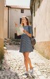 Jonge vrouw met een kaart op de oude Europese straten Stock Afbeelding