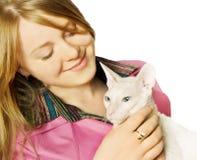 Jonge vrouw met een kat Stock Afbeelding
