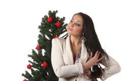 Jonge vrouw met een Kerstmisboom Stock Afbeeldingen