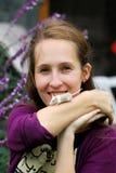 Jonge vrouw met een kleine rat Stock Foto